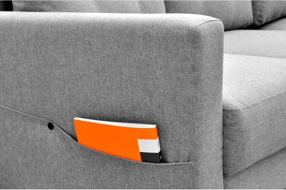 Larvik sovesofa med chaiselong. Zoom på lommen til et blad eller en bog