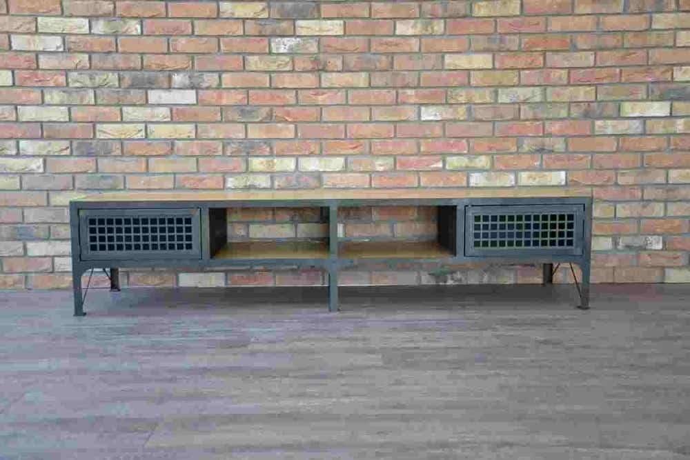 Industrielt design bord set forfra