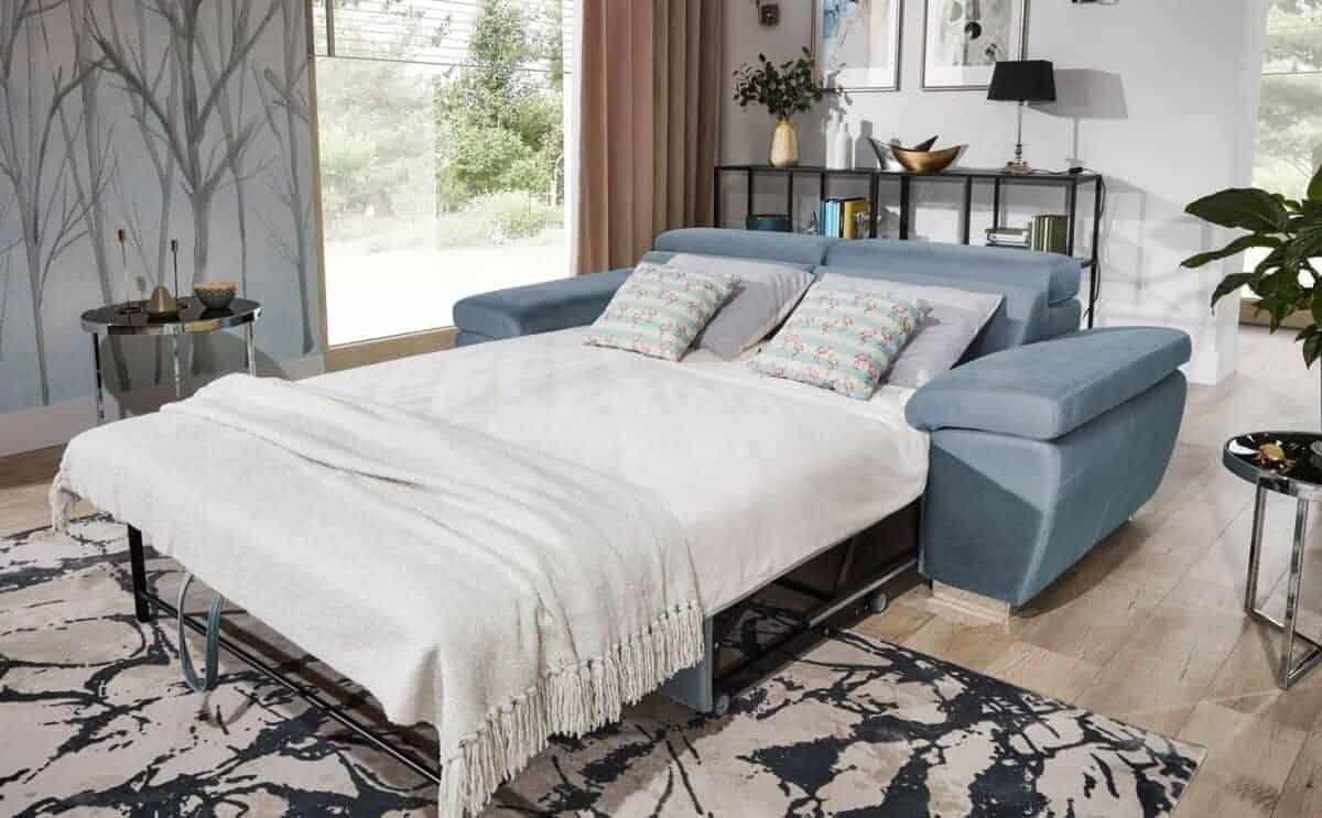 Rossi sovesofa omdannet vist med sengetøj på
